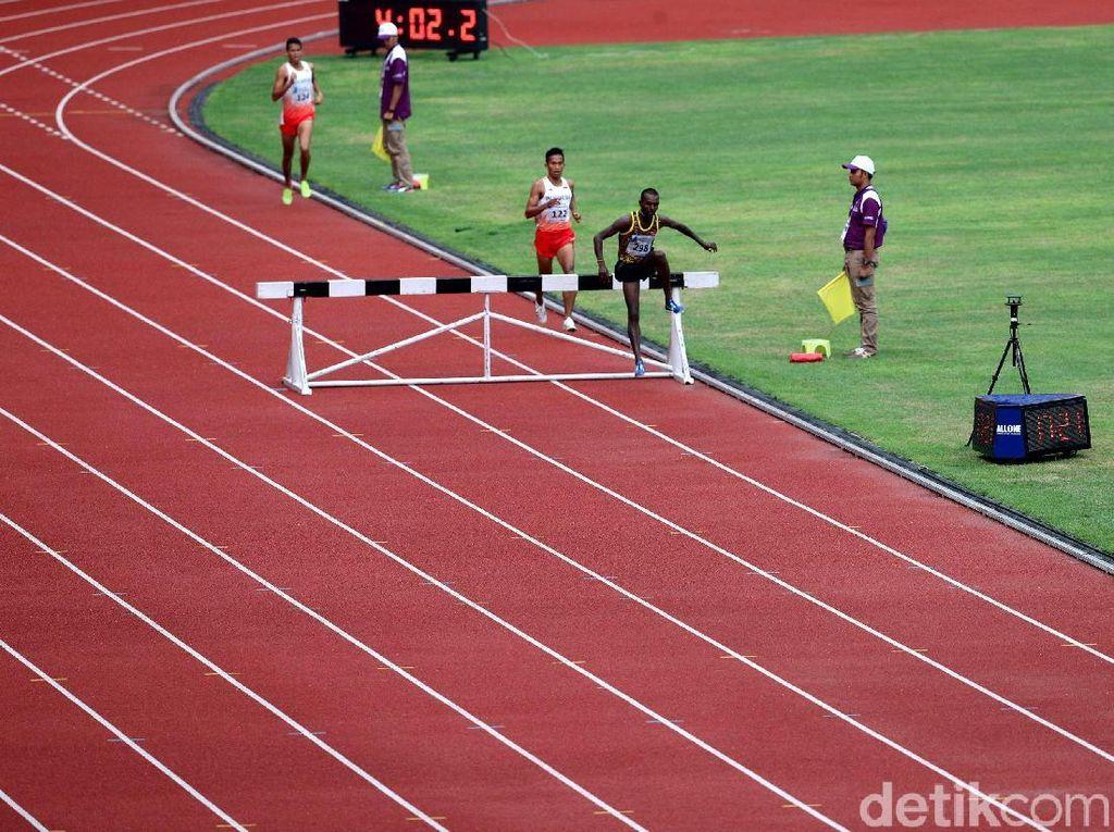Pushpalrumara berhasil memenangi lomba atletik 3.000 meter halang rintang.