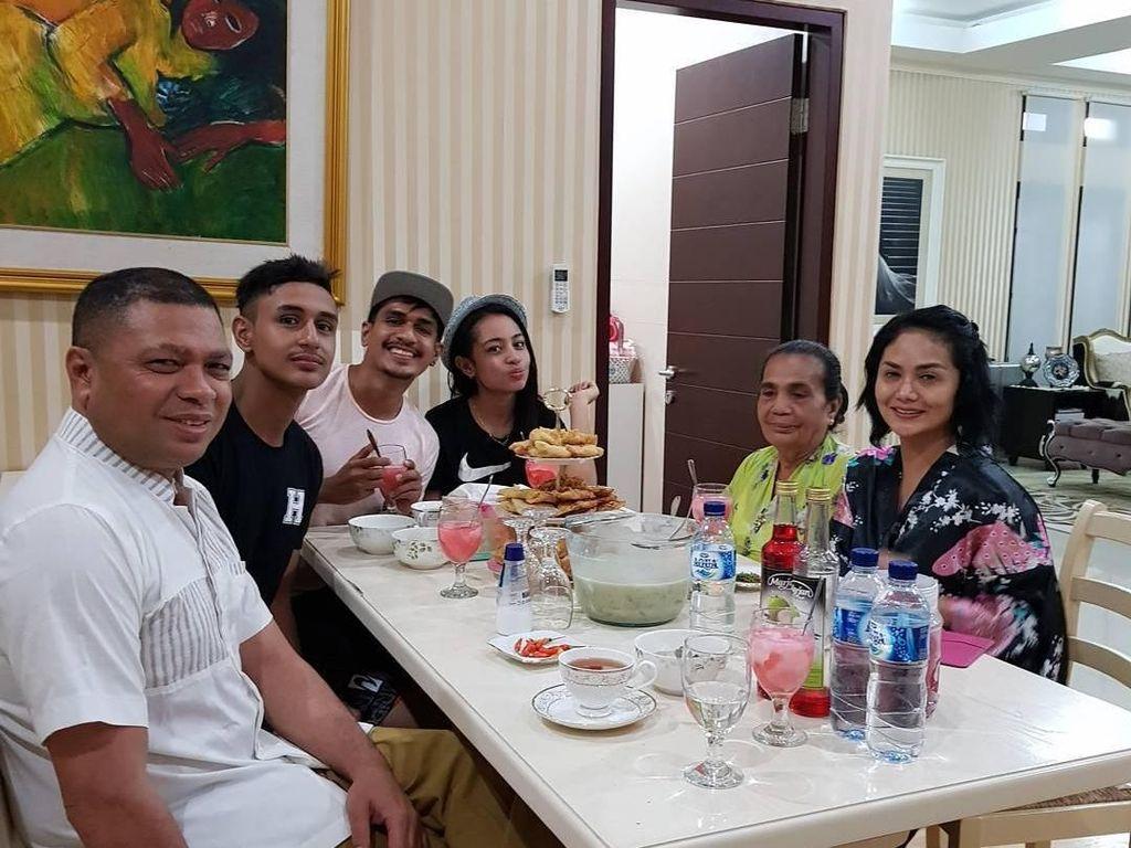 Masih saat buka puasa. Krisdayanti dan keluarga Raul Lemos terlihat sedang berbuka dengan es kelapa dengan sirup pandan dan gorengan. Foto: Instagram @raullemos06