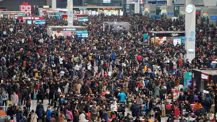 Penumpang menunggu untuk naik kereta api di Stasiun Kereta Hongqiao Shanghai saat liburan musim semi Festival tahunan dimulai menjelang Imlek Tahun Baru Imlek di Shanghai, China 12 Februari 2018. REUTERS / Aly Song