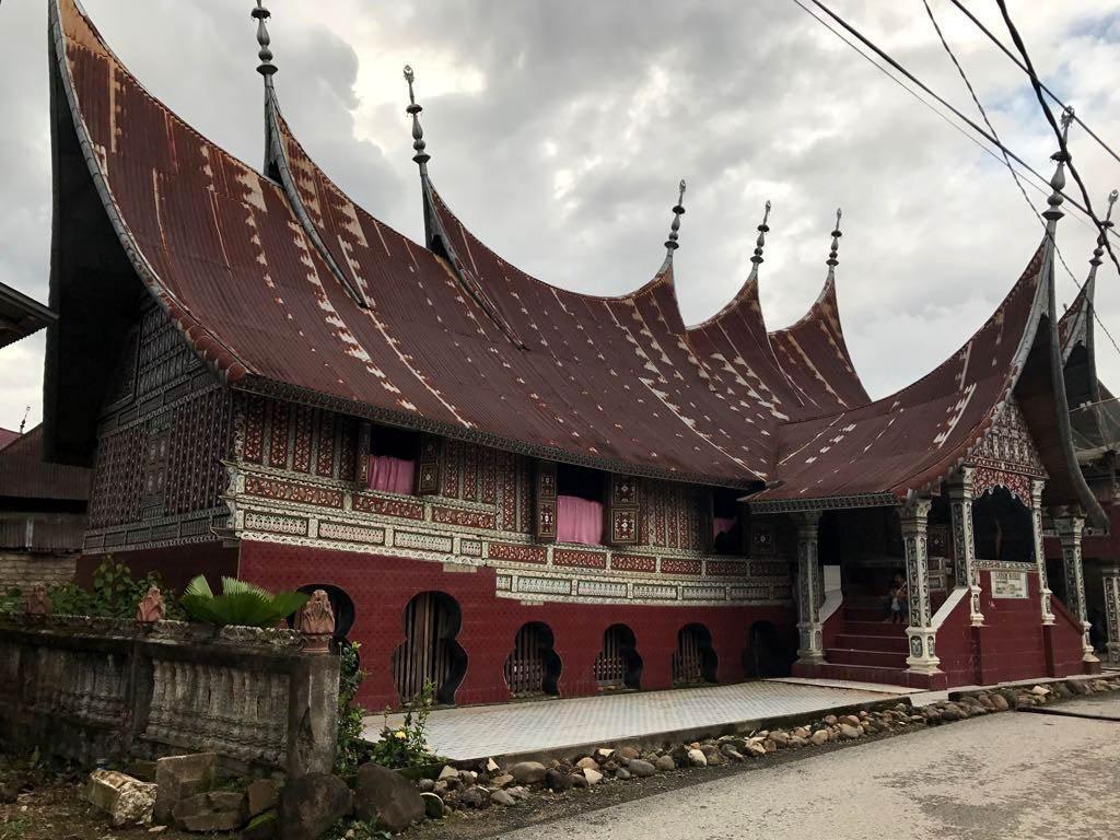 Kawasan Kampung Adat Saribu Rumah Gadang memiliki 130 buah rumah gadang yang saling berdempetan cukup rapat satu sama lain dan sebagian sudah berumur ratusan tahun. Saat ini terdapat 40 rumah yang mengalami rusak dan memerlukan penanganan segera. Pool/Kementerian PUPR.