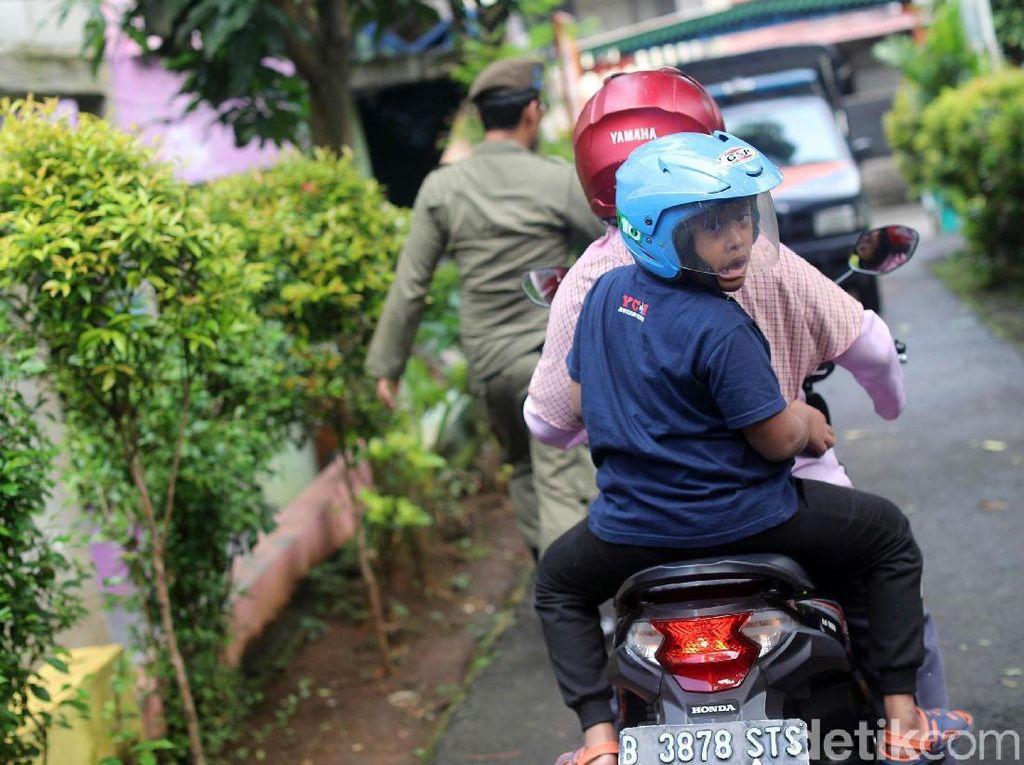 Suhartini yang rajin memberikan helm pada Arief akhirnya memetik hasilnya.