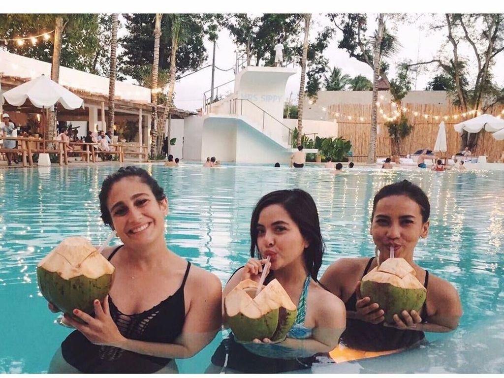 Kurang lengkap jika menikmati cuaca panas Bali tanpa menyeruput es kelapa muda. Tasya memilih menikmati kelapa mudanya sambil berenang. Seru banget! (Foto: instagram @tasyakamila)
