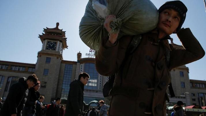 Orang-orang tiba di Stasiun Kereta Api Beijing selama kunjungan tahunan Spring Festival di depan Imlek Tahun Baru Imlek di Beijing, China, 12 Februari 2018. REUTERS/Thomas Peter
