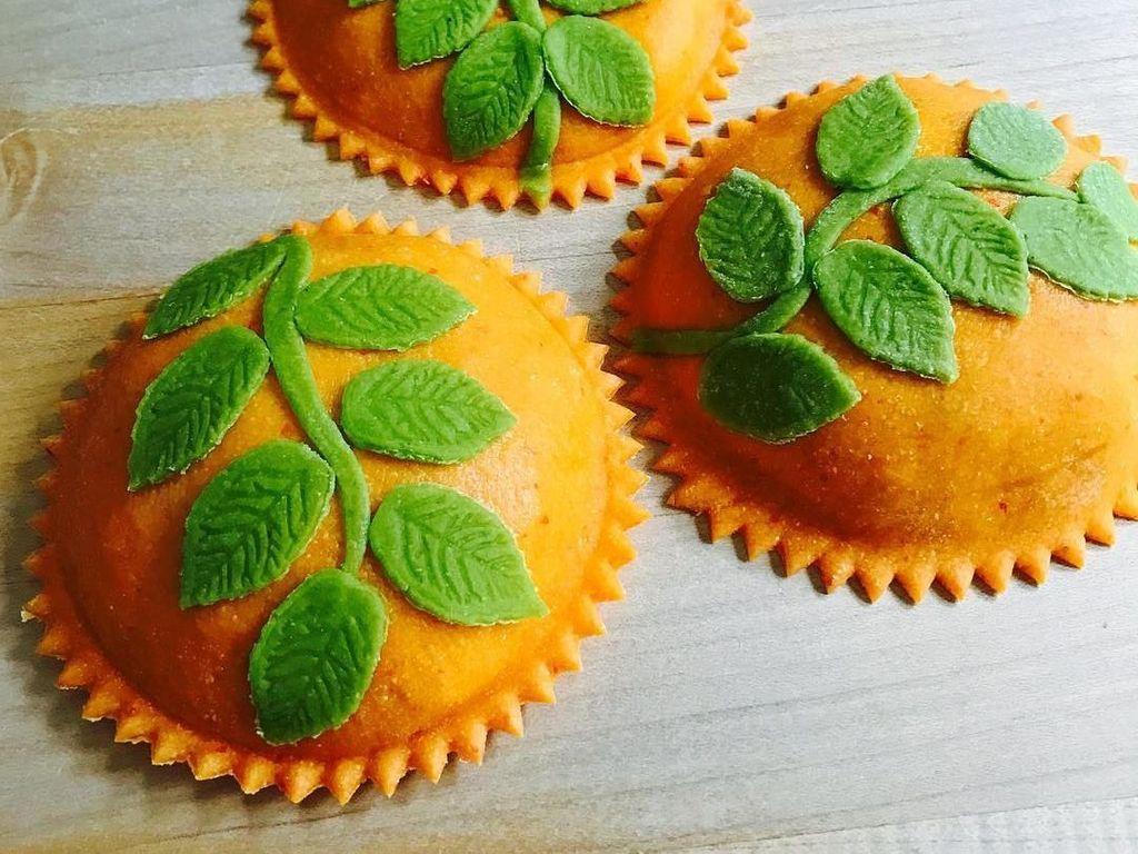 Tak pernah berhenti berinovasi, kali ini Linda membuat ravioli cerah berwarna oranye dan hijau ini. Duh, sayang dimakan! Foto: Instagram saltyseattle