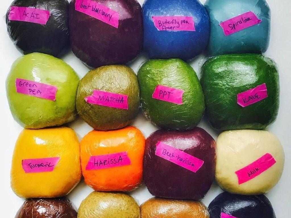 Inilah sebagian besar bahan alami yang digunakan Linda saat bikin pasta. Ada matcha, kacang polong, bunga telang, kale dan bit yang menarik selera. Foto: Instagram saltyseattle