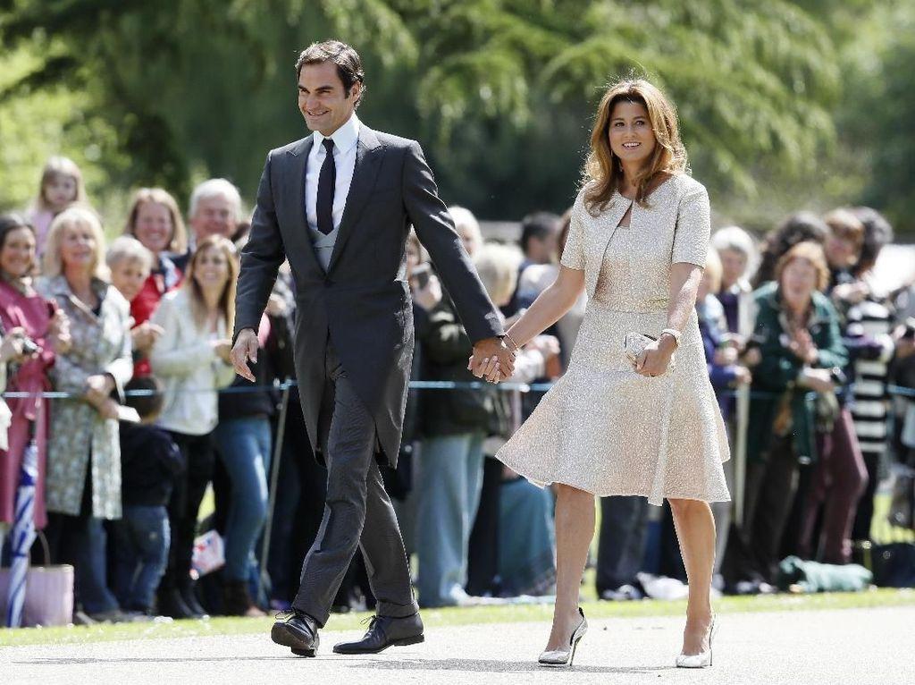 Roger Federer dan Mirka merupakan pasangan dari arena tenis. Mirka pensiun, tapi Federer masih melanjutkan kiprahnya di tenis. Mereka dikaruniai dua pasanng anak kembar. (Kirsty Wigglesworth - Pool/Getty Images)