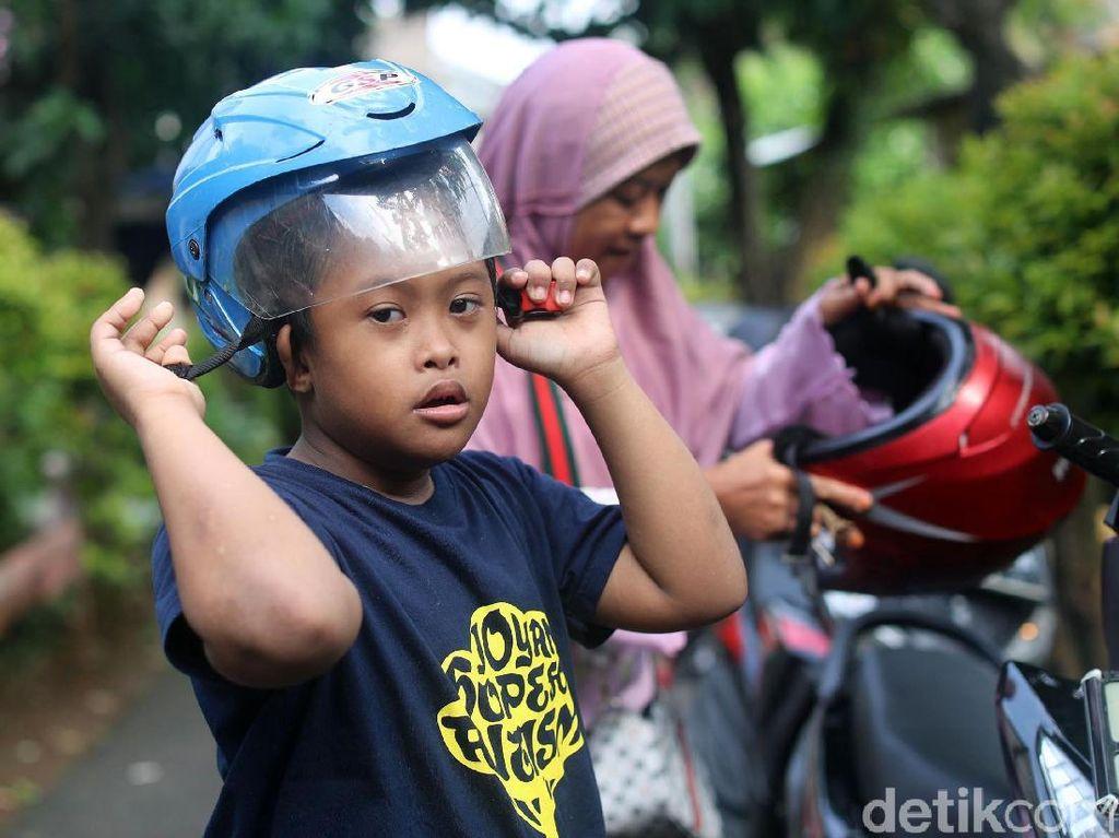 Dengan penuh dedikasi Suhartini pun rela menjaga, merawat bahkan mengantar Arief kemana saja dan menjadi Ojek Cinta mengantar Arief kemana pun.