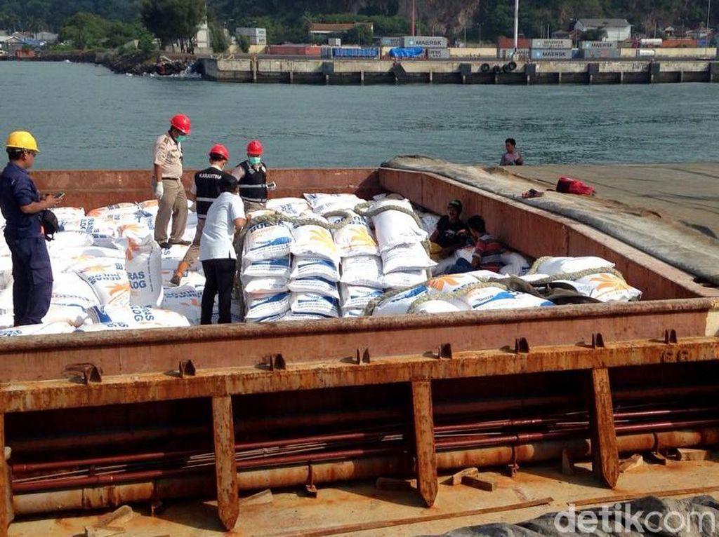 Setelah dilakukan pengecekan, beras kemudian dibongkar dan langsung dibawa ke gudang Bulog di Cikande, Serang.