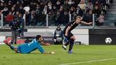 Pada menit ke-35, Tottenham Hotspur akhirnya mencetak gol balasan melalui Harry Kane. Kane melewati Gianluigi Buffon dan melepaskan tembakan ke gawang yang kosong. (Reuters/Paul Childs)