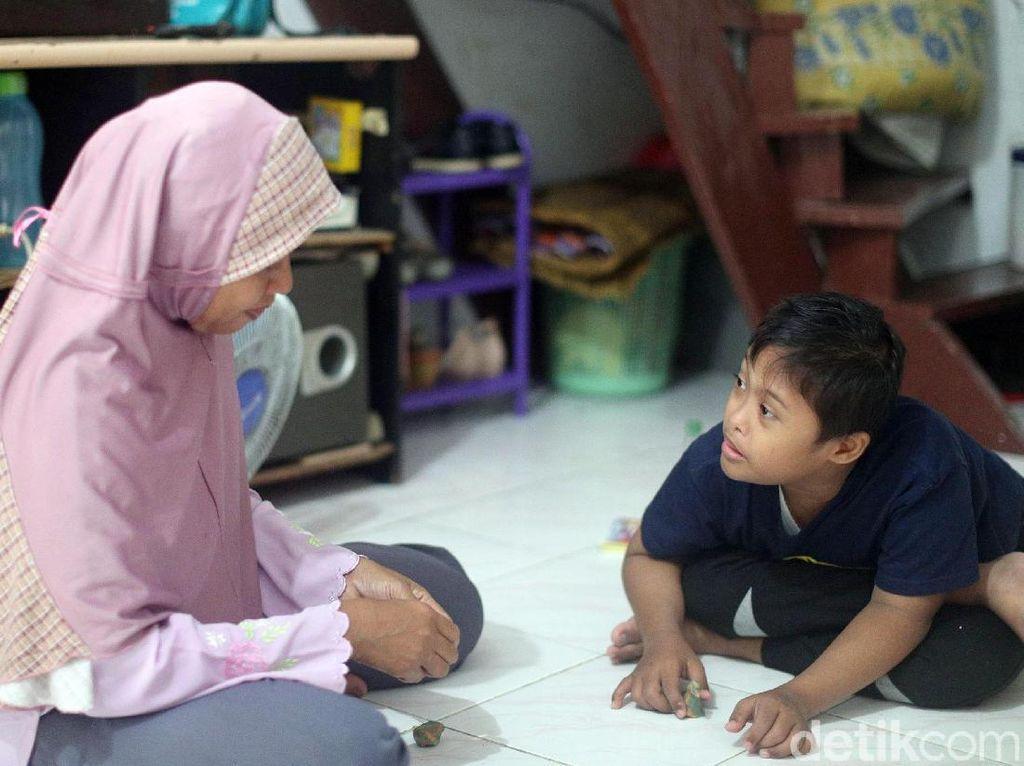 Memiliki anak berkebutuhan khusus yang berusia 10 tahun membuat Suhartini harus rajin mengenalkan dunia. Saat-saat naik motor dimanfaatkan Suhartini untuk mengajarkan Arief soal dunia.