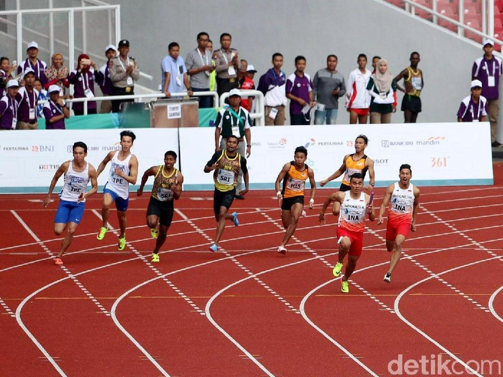 Para atlet lari Indonesia Fadlin, Muhammad Zohri, Eko Rimbawan, dan Yaspi Boby berhasil memenangi final lari estafet 4 x 100 meter putra.