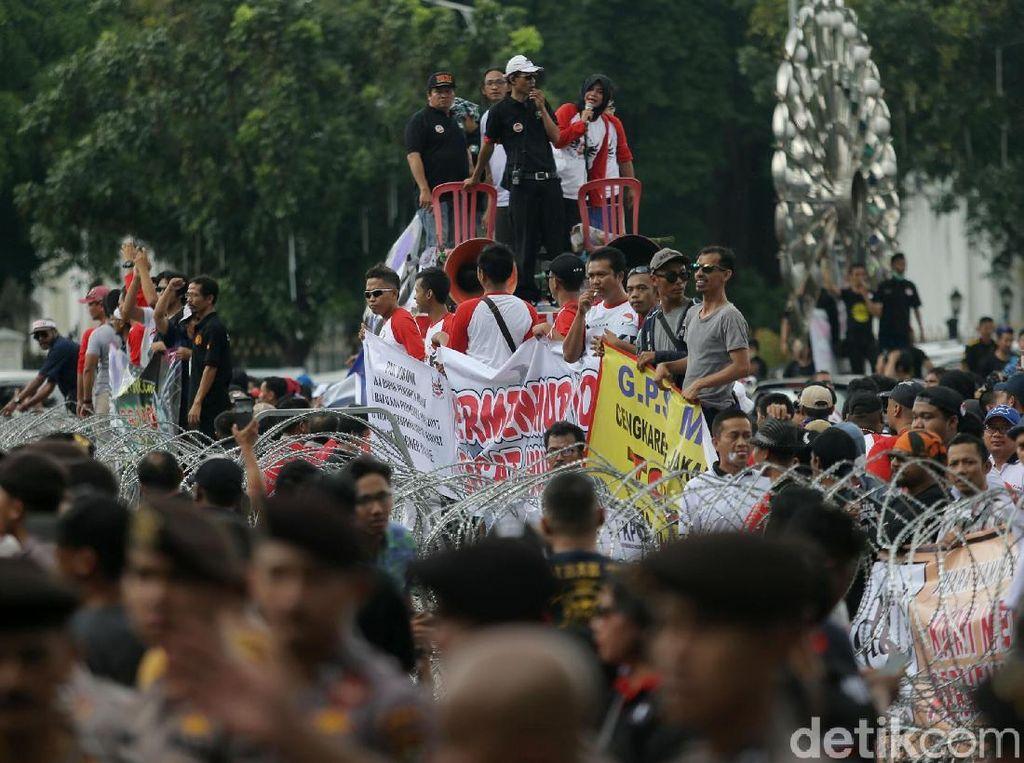 Dalam aksinya, mereka sempat membacakan surat cinta untuk Presiden Joko Widodo (Jokowi) dalam menyampaikan aspirasinya.
