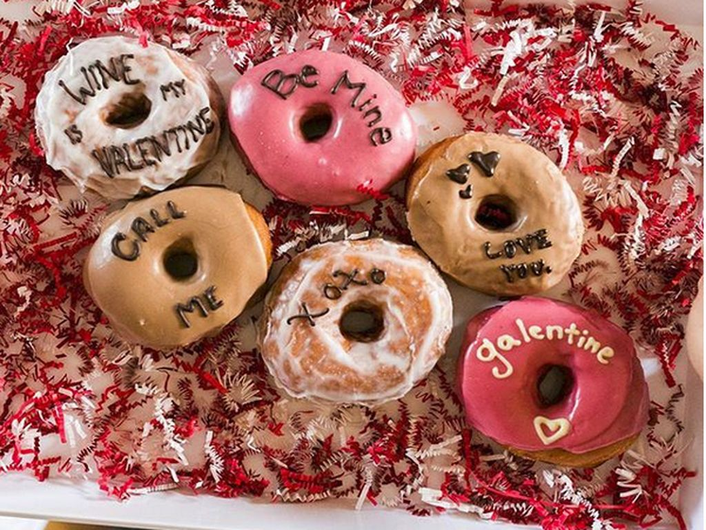 Kedai donat Five Daughters Bakery di Los Angeles ini, membuat donat ucapan hari Valentine, Pembeli juga bisa menuliskan kata-katanya sendiri. Foto: Instagram/Five_daughters_bakery