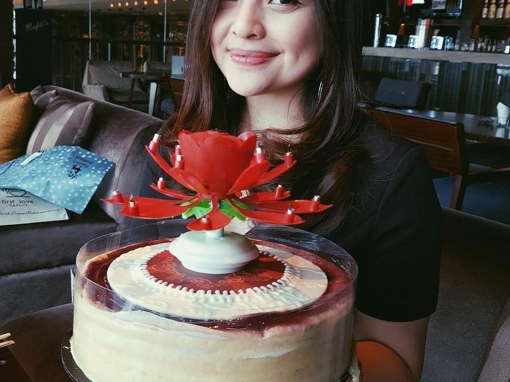 Masih di momen ulang tahunnya, kali ini Tasya tersenyum manis di depan kue besar. Bentuk lilinnya lucu ya? (Foto: instagram @tasyakamila)