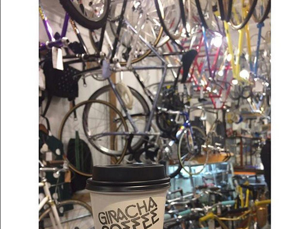 Hiasan dari bagian sepeda yang digantung menjadi nilai tersendiri, membuat kedai kopi ini memiliki kesan yang klasik dan homey. Foto: Istimewa