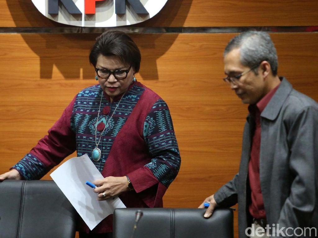 Wakil Ketua KPK Basaria Pandjaitan dan Alexander Marwata menggelar jumpa pers terkait kasus suap Bakamla di gedung KPK, Jakarta, Rabu (14/2/2018).
