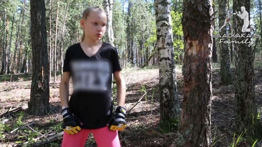 Sadis! Bocah Perempuan 10 Tahun Tebang Pohon dengan Kepalan Tinju