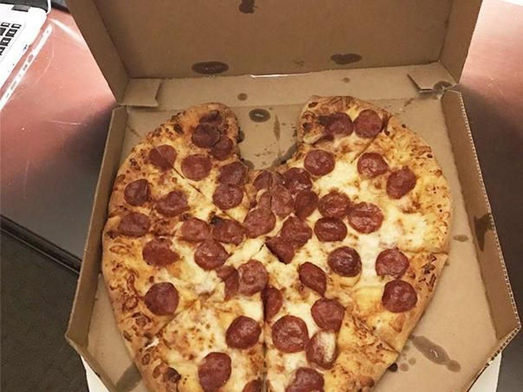 Potongan pizza yang dibuat berbentuk love. (Foto: Boredpanda)