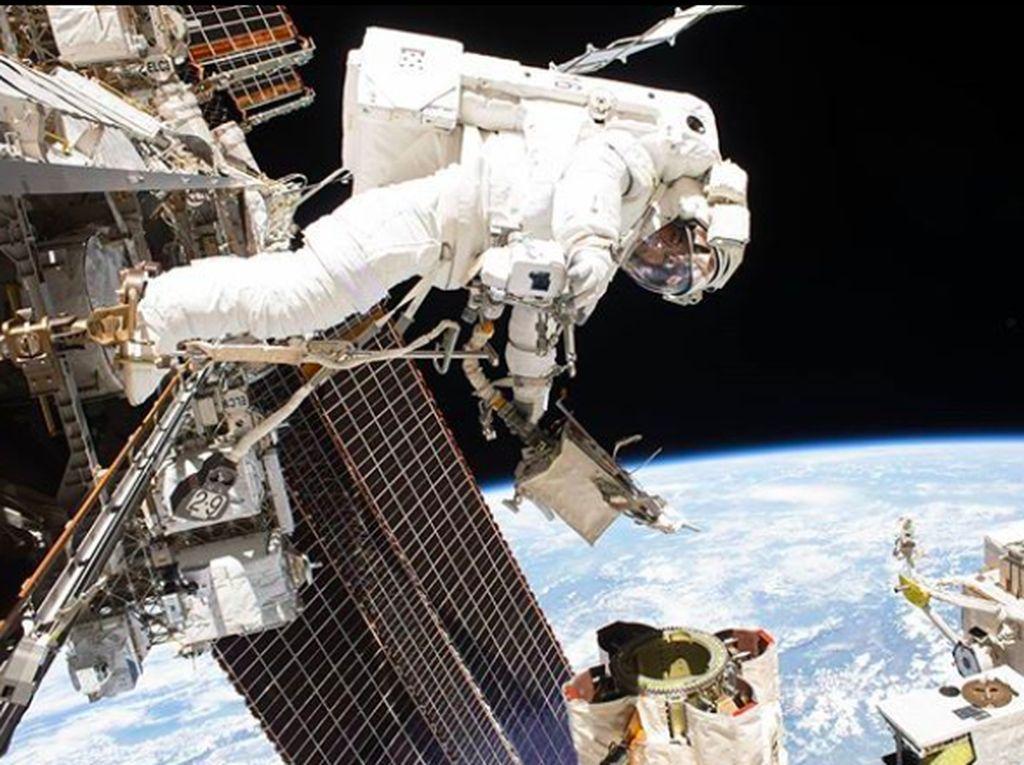 Astronot melakukan spacewalk untuk memeriksa salah satu komponen di ISS. Foto: Instagram