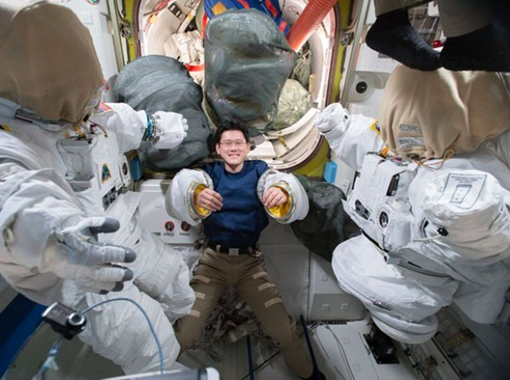 Seorang astronot asal Jepang di antara kostum astronot untuk spacewalk. Foto: Instagram