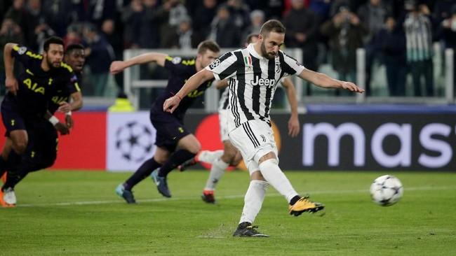 Juventus punya kesempatan untuk mencetak gol ketiga di pengujung babak pertama namun tembakan penalti Higuain membentur tiang. (REUTERS/Max Rossi)