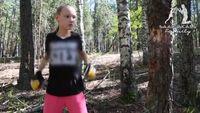 Kehebatannya semakin jadi sorotan publik dengan video yang di unggah di akun Instagram. Video tersebut memperlihatkan Evnika yang sedang menebang pohon dengan tinjuan. (Foto: Instagram/saadvakass)
