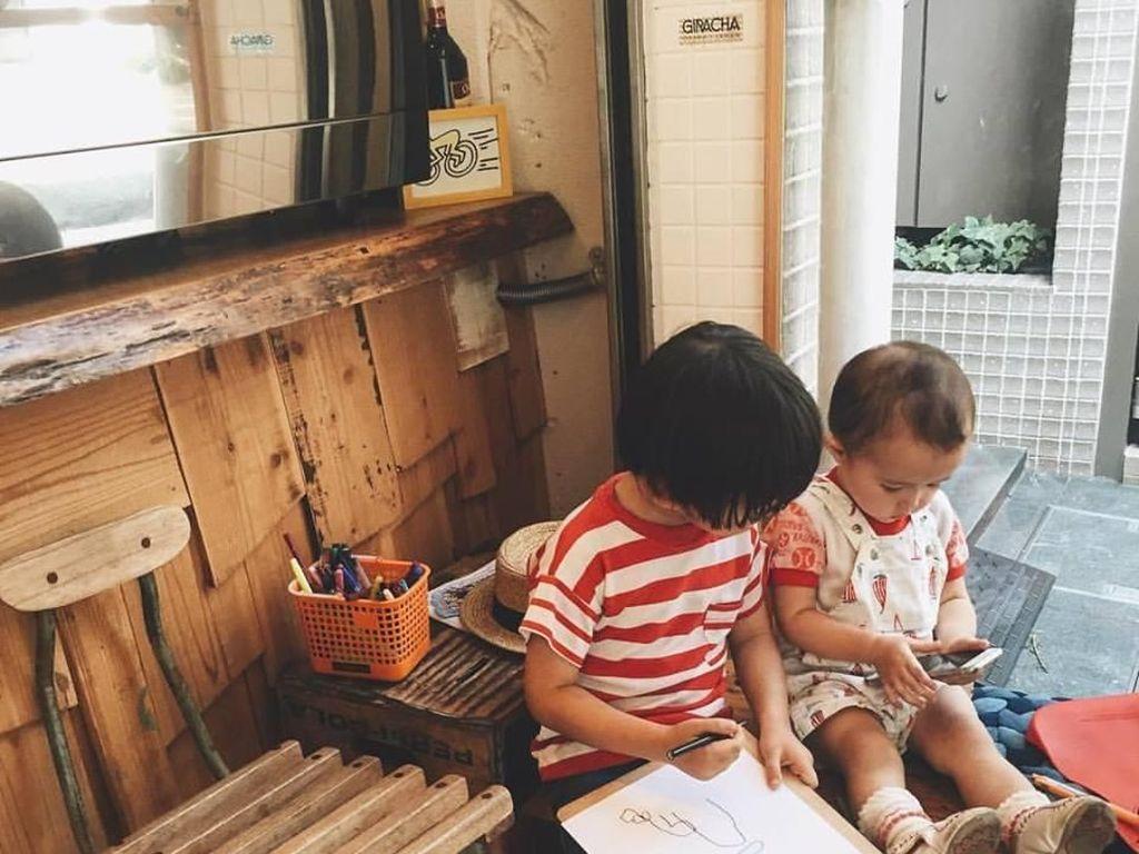 Kafe ini juga menyediakan tempat untuk anak-anak bermain, dengan tumpukan buku mewarnai dan pensil warna di bagian depan kafe. Foto: Istimewa