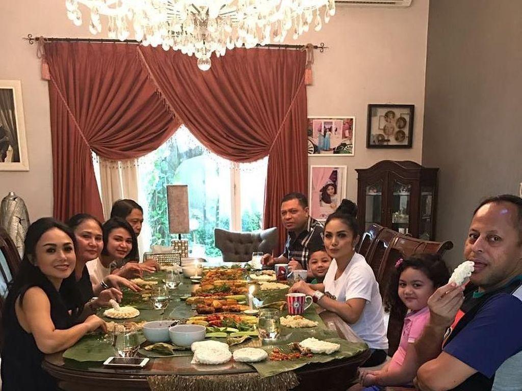 Mangan liwetan rame2.Mongga yuk, tulis Raul Lemos. Makan nasi liwet bareng keluarga memang menyenangkan apalagi kalau makannya di atas daun pisang begini. Dijamin tambah nikmat rasanya! Foto: Instagram @raullemos06