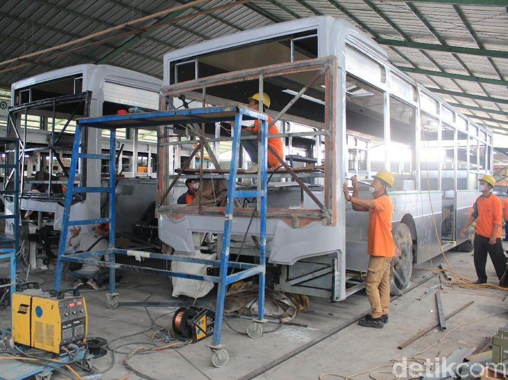 Proses awal dimulai dari persiapan pemasangan bagian lantai-lantai bus. Namun sebelumnya rangkaian elektrikal dan sambungan lainnya yang ada di sasis dicopot terlebih dulu. Foto: Khairul Imam Ghozali