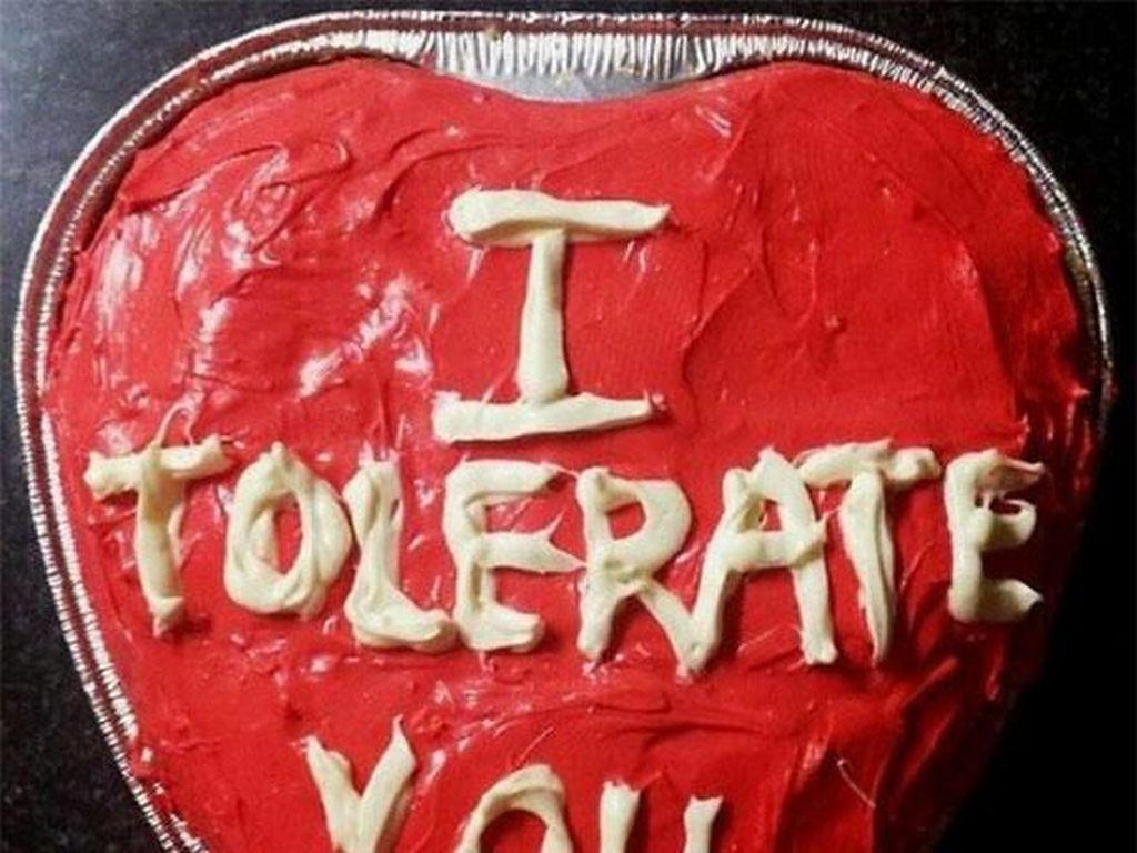 Cake dengan isi pesan untuk istri ke suaminya bukan aku mencintaimu tapi aku menoleransimu. (Foto: Boredpanda)