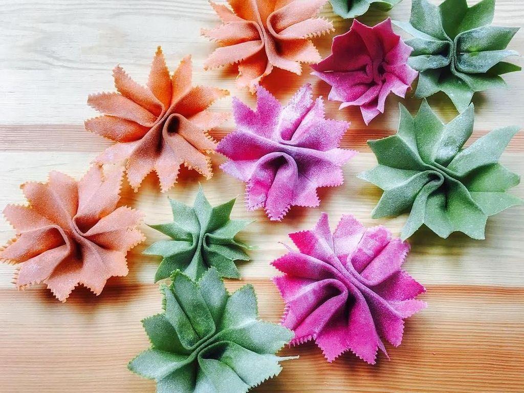 Baru-baru ini Linda membuat pasta bunga untuk edisi Valentine. Pilihan warna ungu, hijau dan jingganya kelihatan cantik! Foto: Instagram saltyseattle