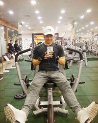 Pria yang baru saja berulang tahun pada tanggal 11 Februari lalu ini mengaku otot perutnya diperoleh dari latihan CrossFit. Ini adalah latihan yang hanya butuh waktu 20-30 menit namun sangat intensif. (Foto: Instagram/super_d.j)