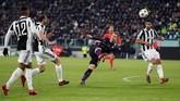 Christian Eriksen akhirnya sukses membawa Tottenham Hotspur mencetak gol kedua. Tendangan bebas Eriksen di menit ke-71 mampu mengecoh Gianluigi Buffon. (Reuters/Paul Childs)