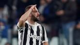 Gonzalo Higuain membuat Juventus ada di atas angin lewat dua golnya di sembilan menit awal. Gol pertama tercipta lewat tendangan voli dan dilanjutkan lewat eksekusi penalti. (Reuters/Paul Childs)
