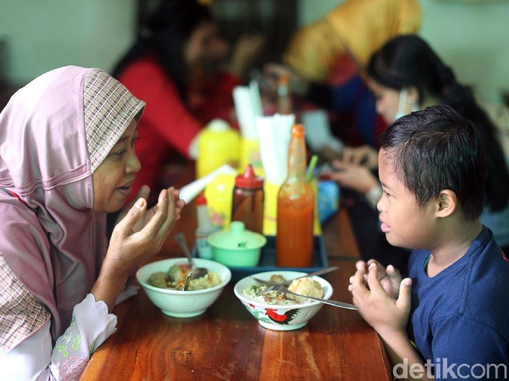 Dengan lembut, Suhartini mengatakan tidak ada merasa repot mengerjakan semuanya.