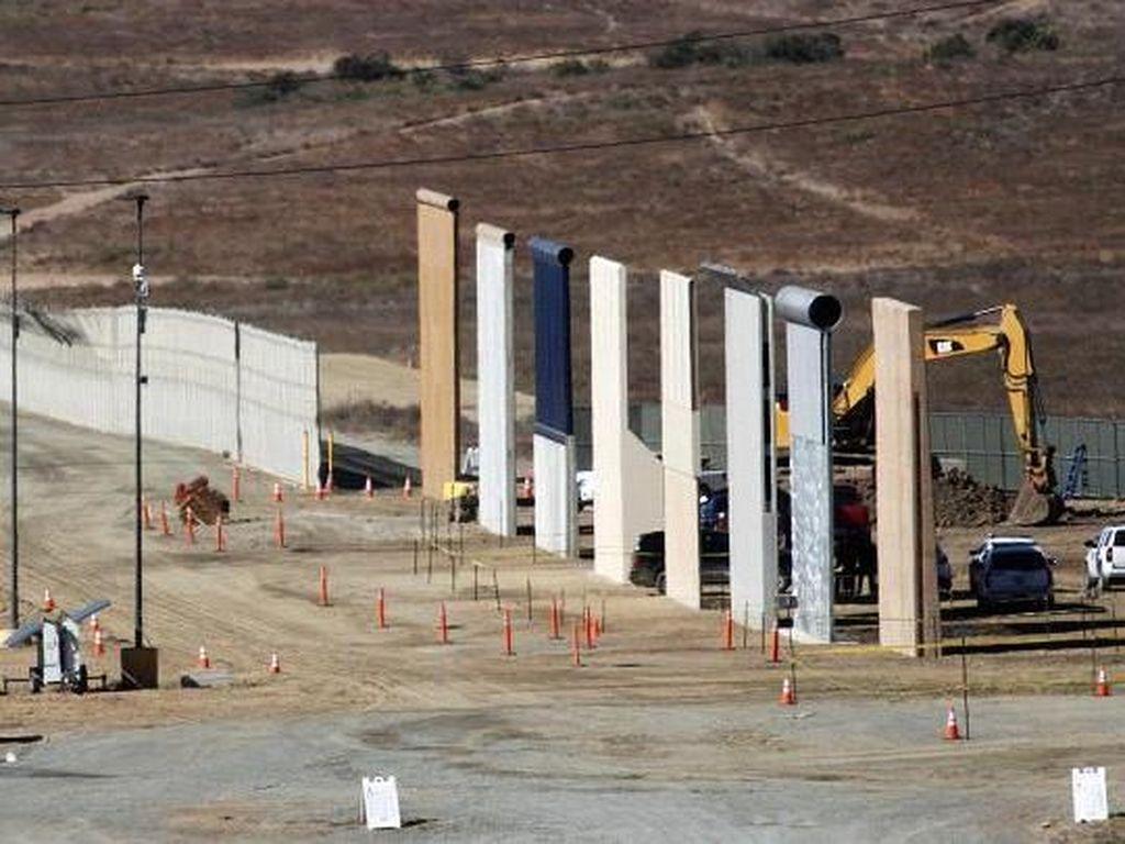 Delapan prototipe tembok raksasa Trump dipamerkan di perbatasan AS-Meksiko sekitar 13 km dari Otay Mesa, San Diego.