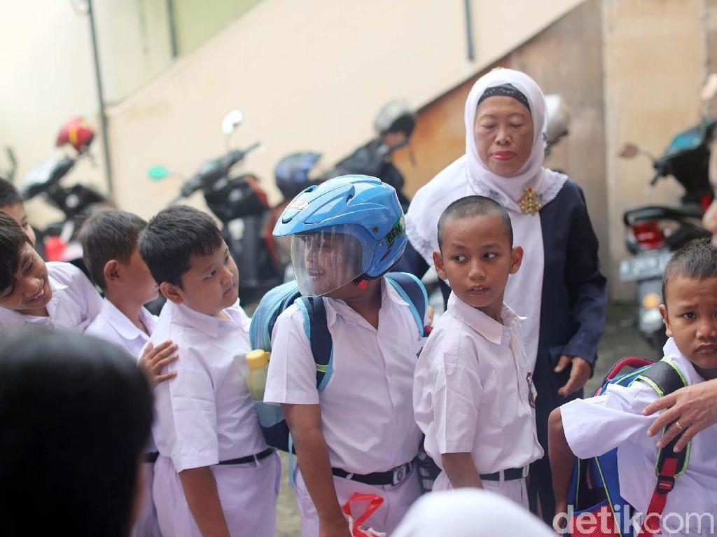 Arief tampak masih mengenakan helm saat memulai aktivitas.