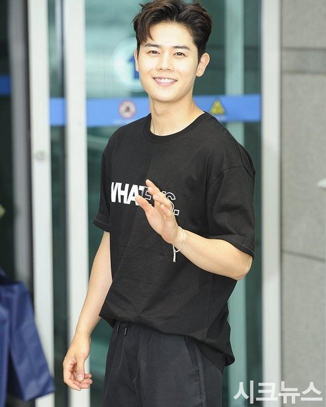 Foto-foto Olahraganya Dongjun, Si Cute Tetapi Berperut Kotak-kotak di ZE:A