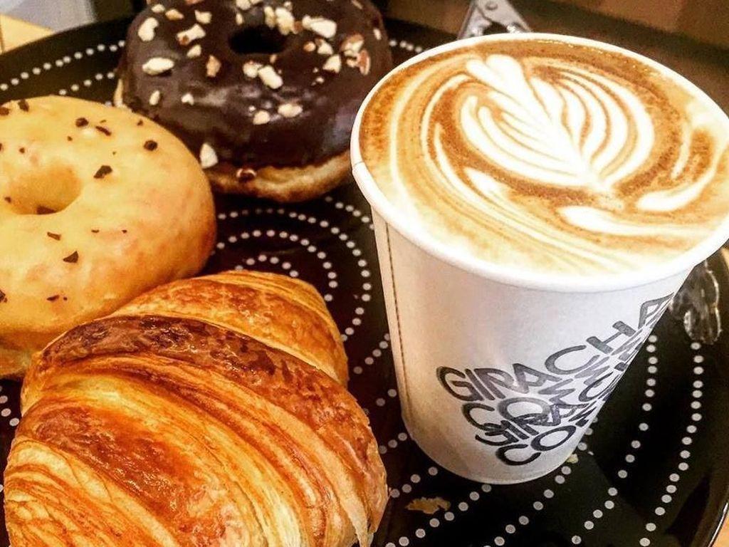 Aneka donat dan croissant bisa jadi teman menikmati kopi sambil melihat-lihat aksesori sepeda. Foto: Istimewa