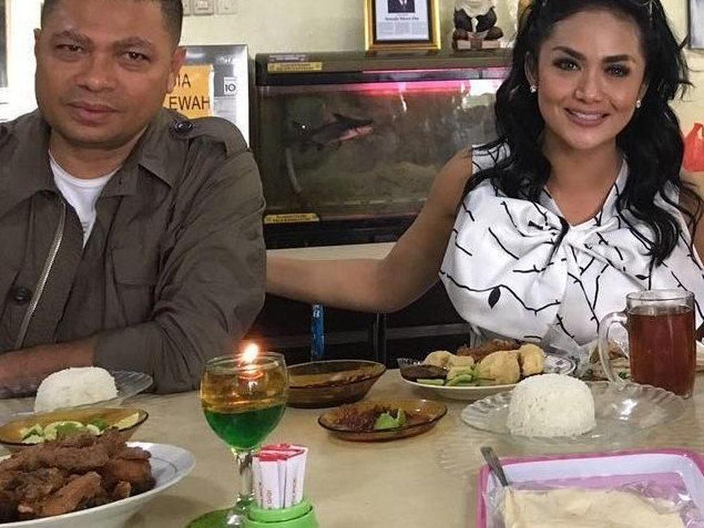Saat di Surabaya pasangan ini terlihat menikmati sajian ayam goreng milik kedai Ayam Goreng President. Nikmat, tulis Raul Lemos dalam akun Instagram pribadinya. Foto: Instagram @raullemos06