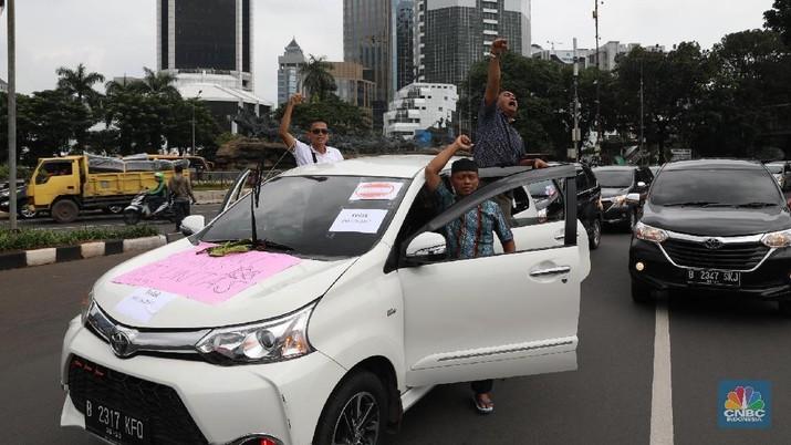 Pengemudi taksi online kembali berdemonstrasi menolak peraturan Menteri Perhubungan.
