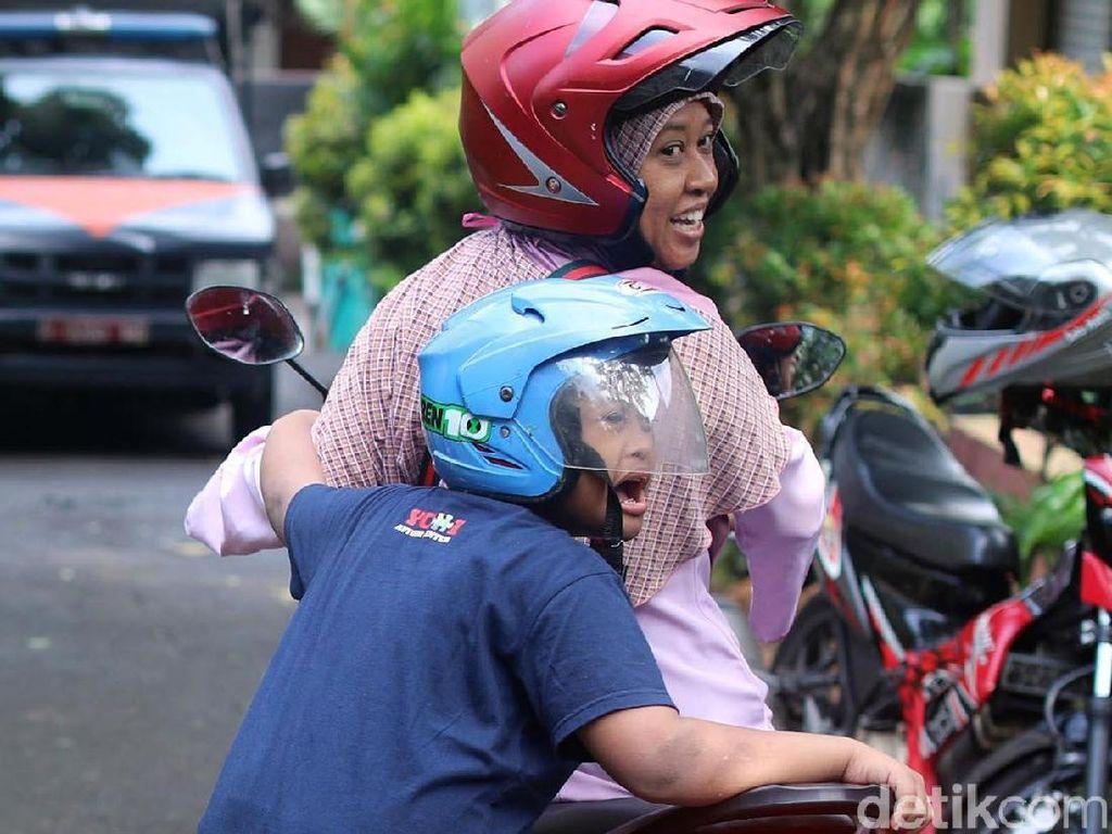 Suhartini mengakui memiliki anak dengan kebutuhan khusus memang tidak mudah. Bukan sekali Arief membuat sesuatu yang bisa membahayakan dirinya dan ibunya saat naik motor.