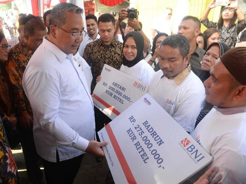 Pada kesempatan itu pula, Mendes PDT Eko Sandjojo menyerahkan bantuan padat karya cash kepada warga di Ambon. Foto: dok. Kemendes PDT