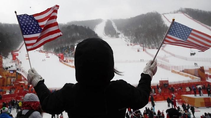 Ski Alpine - Olimpiade Musim Dingin Pyeongchang 2018 - Slalom Putri - Pusat Alpine Yongpyong - Pyeongchang, Korea Selatan - 14 Februari 2018 - Bendera gelombang A.S. mengepung bendera sebelum Run Slalom Putri 1. REUTERS / Mike Segar