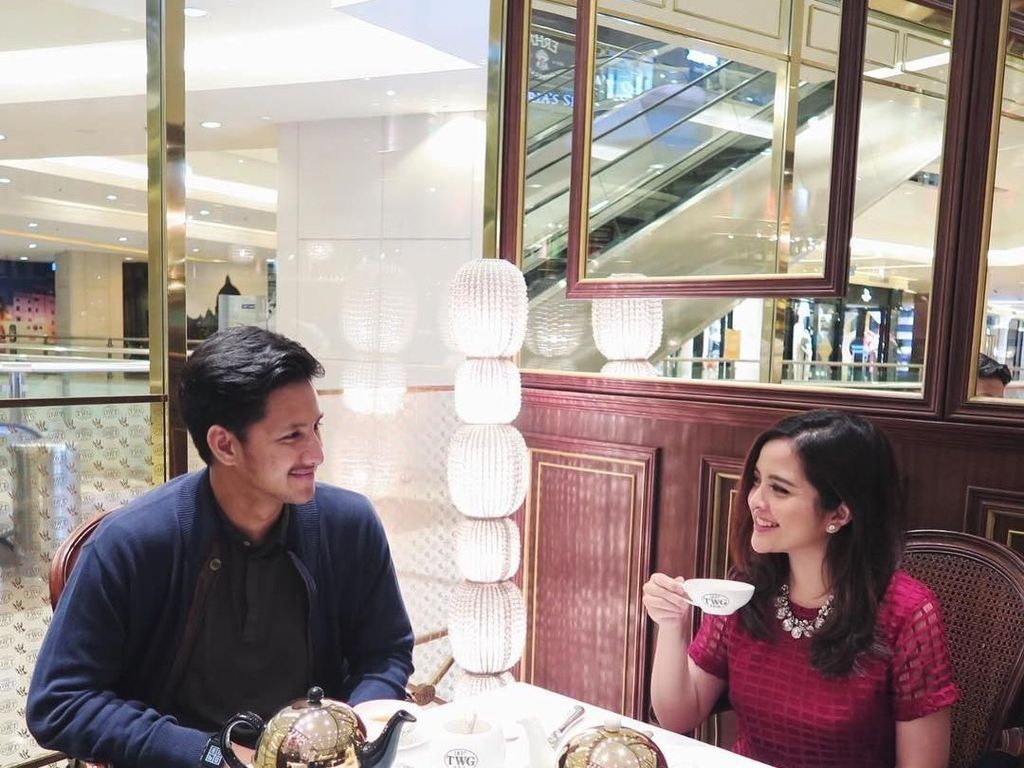 Ciee... Tasya kali ini menikmati tea time sama kekasihnya. Di atas meja sudah ada dua teko berisi teh, sementara Tasya seolah sedang ingin menyeruput teh dari cangkirnya. (Foto: instagram @tasyakamila)