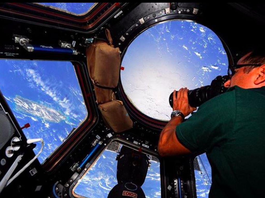 ISS adalah stasiun terbesar buatan manusia di orbit rendah dan kadang bisa disaksikan dengan mata telanjang. Foto: Instagram