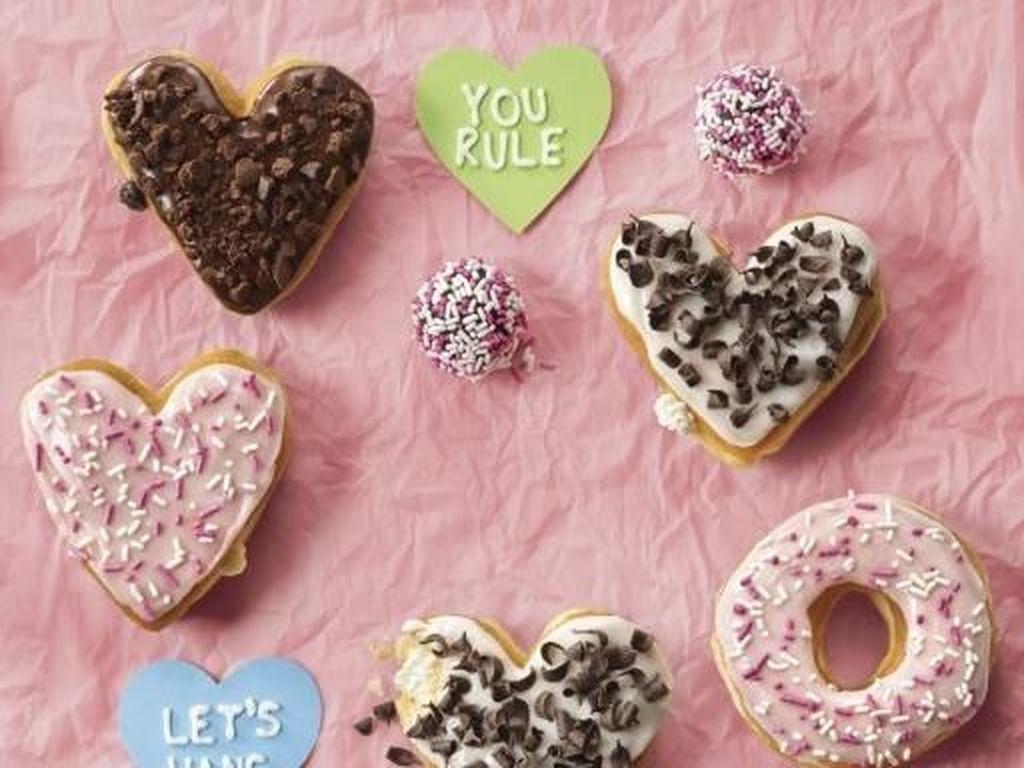 Dunkin Donuts juga mengeluarkan varian donat istimewa untuk menyambut hari Valentine tahun ini, lengkap dengan donat-donat kecil dibubuhi cokelat meisjes. Foto: Dunkin Donuts