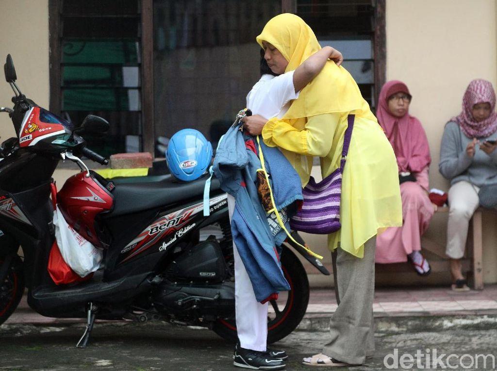 Pelukan hangat Suharti untuk Arief sebelum memulai aktivitas sekolah.