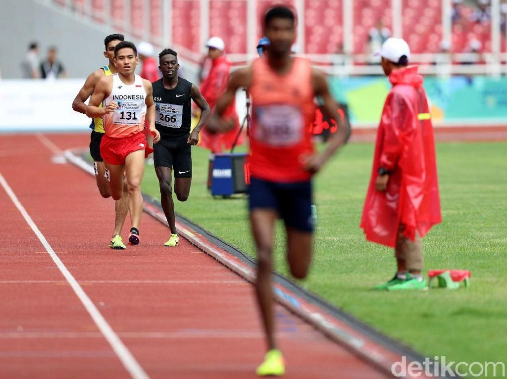 Para pelari adu cepat dalam lomba lari 800 meter.