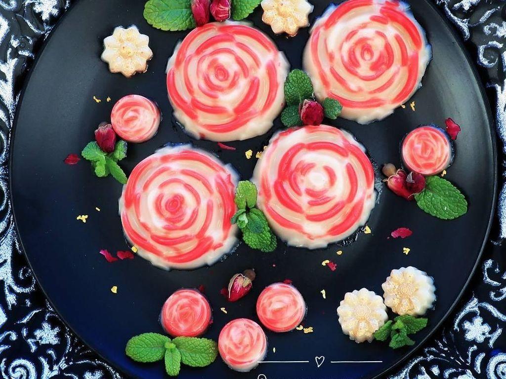 Ini adalah nian gao buatan akun @remiloveskitchen. Dengan bentuk bunga mawar, sajian khas Imlek ini terlihat cantik. Foto: Istimewa